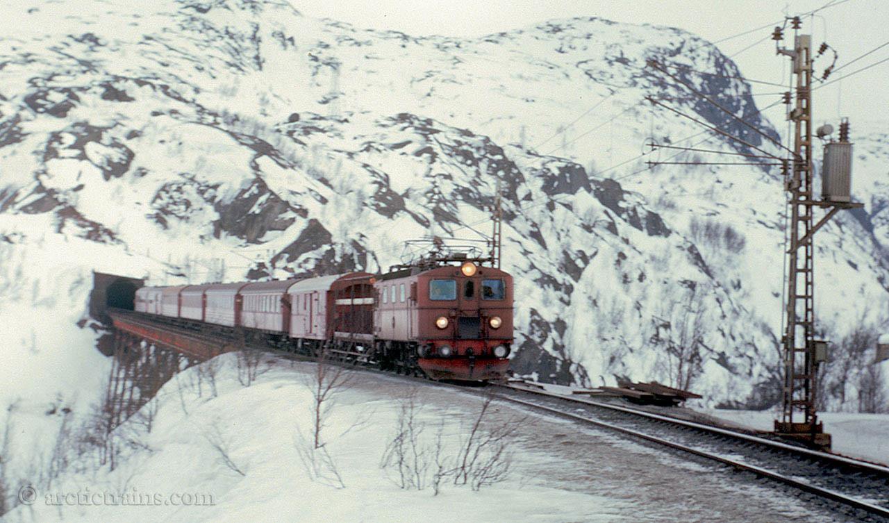 SJ Da Karven Skiers train Norddalsbrua Soesterbekk early 1970s by TS