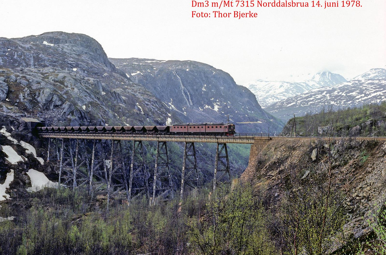SJ Dm3 Uads empty ore train 7315 Norddalsbrua 1978-06-14 by Thor Bjerke