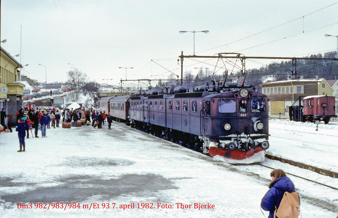 SJ Dm3 982/983/984 ekstra persontog 93 Narvik st 1982-04-07 Foto: Thor Bjerke