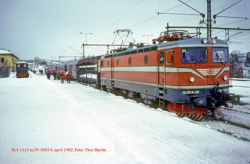 SJ Rc4 1313 in passenger service 3583 at Narvik st 1982-04-06  by Thor Bjerke