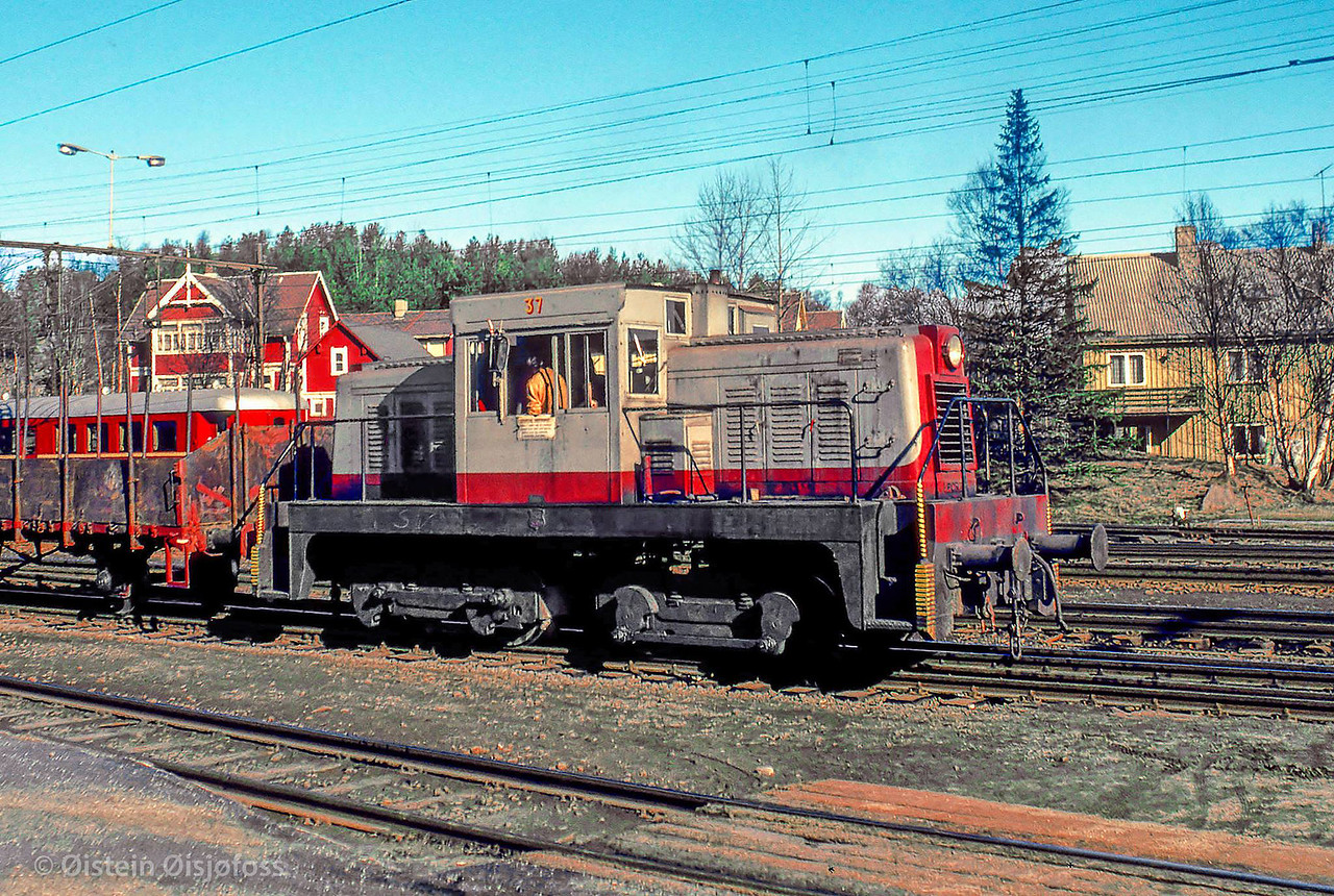 LKAB Porter shunting locomotive nr 37 at Øvre Ranger st, Narvik Ore Harbour, in april 1977. Photo: Øistein Øisjøfoss.