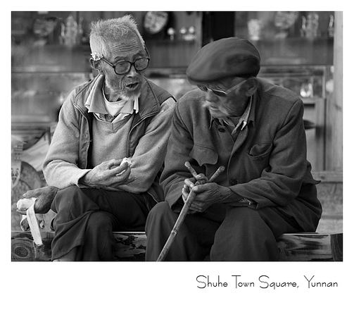 束河古镇广场上的老人