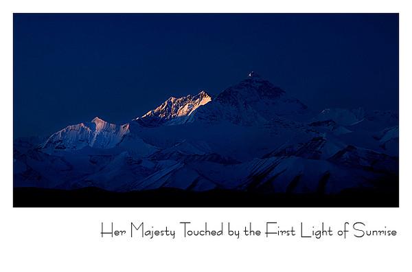 第一缕阳光射在珠峰顶上