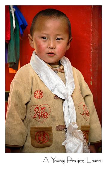 戴着哈达的青海藏族小男孩