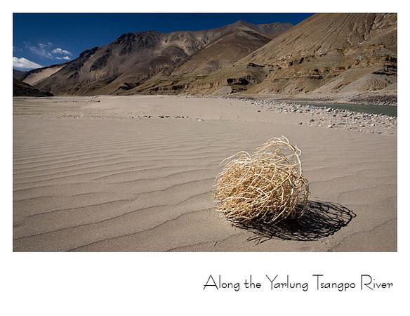 雅鲁藏布江边的沙滩