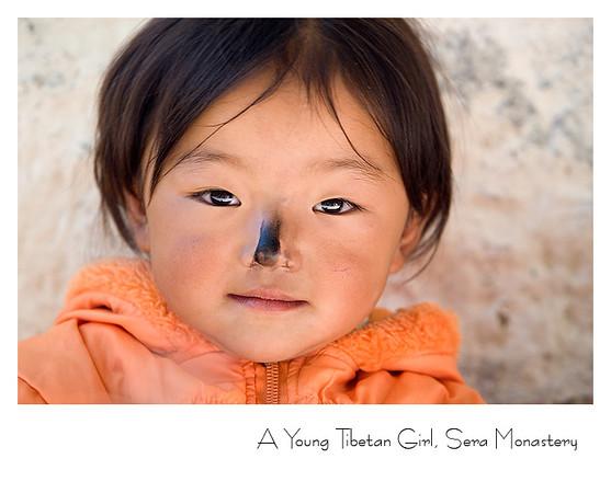 色拉寺拜佛的藏族小女孩