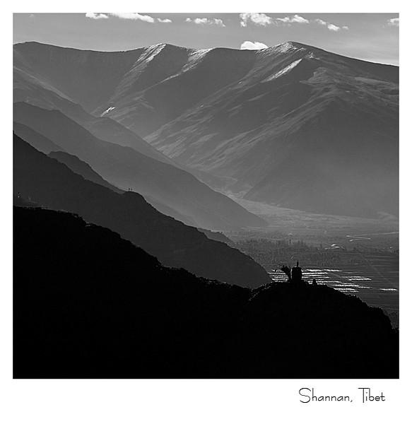 山南雍布拉康(西藏的第一座宫殿)背后的层层山峦
