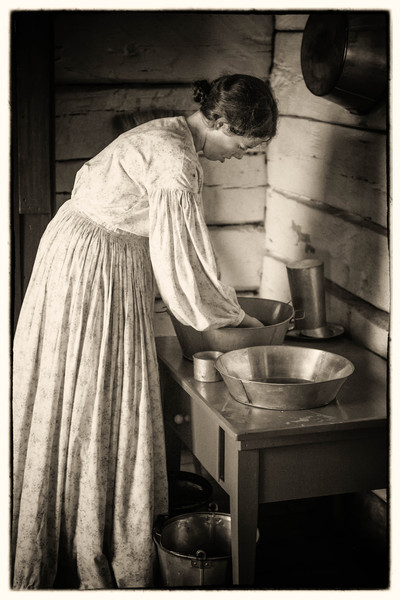 Washing dishes in the Ketola kitchen in the Finnish area.