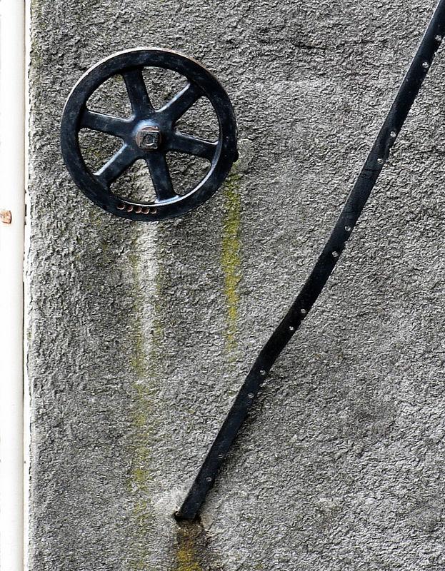 Thu 12-29-05 Abstract on a wall (Sausalito)