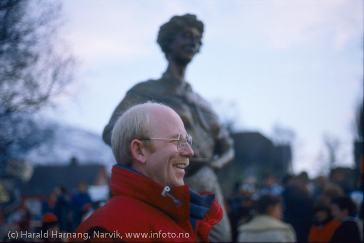 Avduking av Svarta Bjørn-statuen i Narvik, Vinterfestuka 1986. Statue laget av Tom Berre. Foto: Harald Harnang