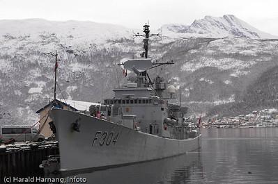 """KNM Narvik samme dag som skipet gikk ut av tjeneste. Narvik havn. til høyre fjellformasjonen """"Den sovende dronning"""". Ankenes i bakgrunnen."""