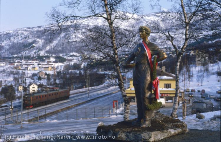 Avduking av Svarta Bjørn-statuen i Narvik, Vinterfestuka 1986. Foto: Harald Harnang
