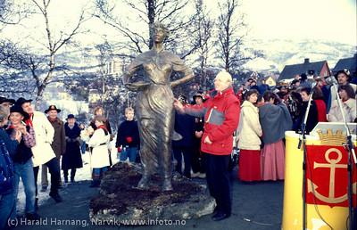 Avduking av Svarta Bjørn-statuen i Narvik, Vinterfestuka 1986. Statue laget av Tom Berre i kledelig rød boblejakke. Foto: Harald Harnang