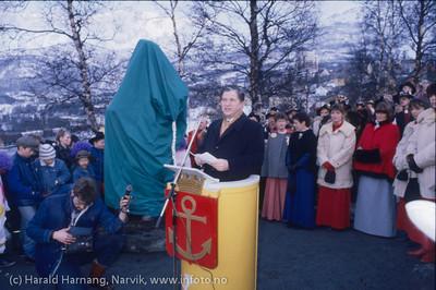 Avduking av Svarta Bjørn-statuen i Narvik, Vinterfestuka 1986. Fylkesmann Odd With holder tale. Foto: Harald Harnang