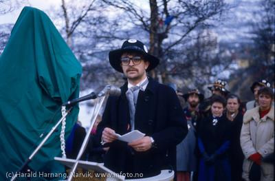Avduking av Svarta Bjørn-statuen i Narvik, Vinterfestuka 1986. Primus motor for innsamlingen og leder Rallarklubben, Dag Hvaring . Foto: Harald Harnang
