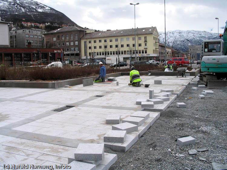 Fliselegging Narvik torg, foran rådhus, entreprenør Almar Markussen