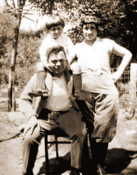Sam Tunkel, Lena Tunkel, Ray Tunkel on Sam's shoulders