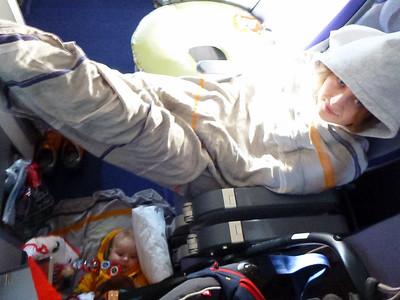 Marcie zimno - a młody leży sobie na podłodze i sie bawi