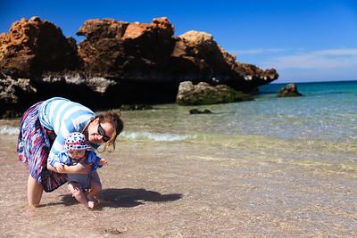 Jurek w moczy nogi w morzu