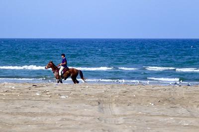 To najprawdopodbnie chłopak z hotelu zabrał konia na przejazdzke, zeby był w fromie dla gości