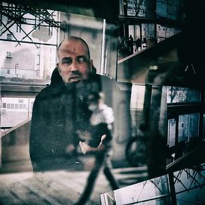 photo d'un tirage papier d'une image fixe extraite d'une vidéo et collé dans une vitrine - day#147 - year#08