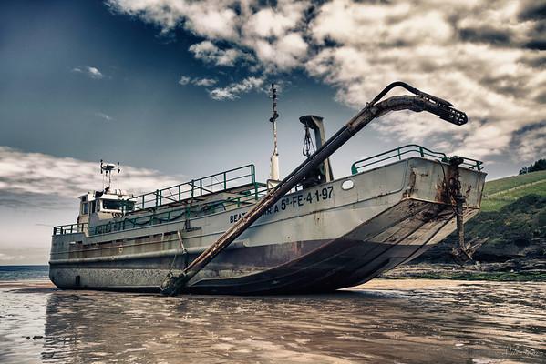 Itsasontzi hau dragatzen zegoenean, Mendexako karraspio hondartzan geratu zen (Bizkaia).<br /> This dredger run aground on Karraspio beach and had to wait till high tide to return to the sea (5/6/2012, Biscay)