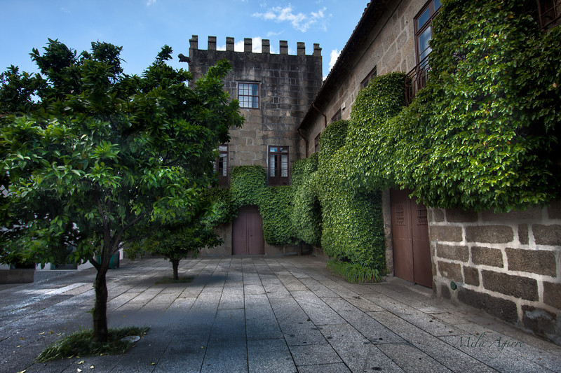 Let the narrow streets tell you about the history of Guimarães