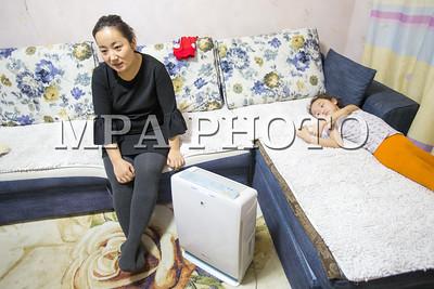 2018 оны нэгдүгээр сарын 20. Нийслэл Улаанбаатар хотын агаарын бохирдолын улмаас оршин суугчид гэртээ агаар цэвэршүүлэгч ихээр хэрэглэх болсон байна. Тэдний нэг бол энэ эмэгтэй гэртээ агаар цэвэршүүлэгч хэрэглэдэг юм.  ГЭРЭЛ ЗУРГИЙГ Б.БЯМБА-ОЧИР/MPA