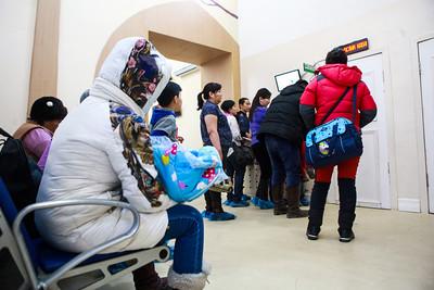 2019 оны нэгдүгээр сарын 22. Эх хүүхдийн эрүүл мэндийн үндэсний төвд хүүхдүүдээ үзүүлэхээр оочирлож байна. ГЭРЭЛ ЗУРГИЙГ Г.БАЗАРРАГЧАА/MPA