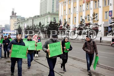 """2017 оны гуравдугаар сарын 18. """"Утааны эсрэг ээж аавууд"""" ТББ-аас гурван дах удаа утааны эсрэг  жагсаал зохион байгууллаа. Засгийн газар, төрийн түшээд болон холбогдох газруудад шаардлага хүргүүлсэн ч хариу ирүүлэхгүй байгаа тул  цэргийн баярын өдөр ахин жагслаа.  ГЭРЭЛ ЗУРГИЙГ Г.Базаррагчаа /MPA"""