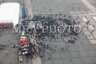 """2017 оны нэгдүгээр сарын 28. Утааны эсрэг """"Боож үхлээ"""" жагсаал Д.Сүхбаатарын талбайд боллоо.  2016 оны арванхоёрдугаар сарын 26-ны өдөр анх агаарын бохирдлын эсрэг жагсаал зохион байгуулсан.  Тус жагсаалаар Монгол Улсын Ерөнхийлөгч, Засгийн газар, Улаанбаатар хотын засаг даргад тодорхой шаардлагуудыг хүргүүлсэн бөгөөд өнөөдрийг хүртэл тодорхой хариу өгөөгүй гэж үзэн, бухимдлаа илэрхийлж, хоёр дахь удаагаа тайван жагсаал зохион байгуулсан юм.  Жагсаалд 10,000 орчим иргэн оролцож, өргөдөлд гарын үсэг зурсан бөгөөд Засгийн газар, Хотын захиргаанаас өргөдөлд хариу өгөхгүй бол дахин жагсана гэдгээ илэрхийлж байлаа. ГЭРЭЛ ЗУРГИЙГ Г.БАЗАРРАГЧАА / МРА"""