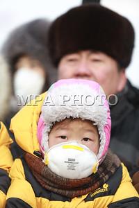 """2017 оны нэгдүгээр сарын 28. Утааны эсрэг """"Боож үхлээ"""" жагсаал Д.Сүхбаатарын талбайд боллоо.  2016 оны арванхоёрдугаар сарын 26-ны өдөр анх агаарын бохирдлын эсрэг жагсаал зохион байгуулсан.  Тус жагсаалаар Монгол Улсын Ерөнхийлөгч, Засгийн газар, Улаанбаатар хотын засаг даргад тодорхой шаардлагуудыг хүргүүлсэн бөгөөд өнөөдрийг хүртэл тодорхой хариу өгөөгүй гэж үзэн, бухимдлаа илэрхийлж, хоёр дахь удаагаа тайван жагсаал зохион байгуулсан юм.  Жагсаалд 10,000 орчим иргэн оролцож, өргөдөлд гарын үсэг зурсан бөгөөд Засгийн газар, Хотын захиргаанаас өргөдөлд хариу өгөхгүй бол дахин жагсана гэдгээ илэрхийлж байлаа. ГЭРЭЛ ЗУРГИЙГ Б.БЯМБА-ОЧИР/MPA"""