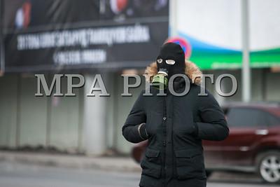 """2017 оны нэгдүгээр сарын 28. Утааны эсрэг """"Боож үхлээ"""" жагсаал Д.Сүхбаатарын талбайд боллоо.  2016 оны арванхоёрдугаар сарын 26-ны өдөр анх агаарын бохирдлын эсрэг жагсаал зохион байгуулсан.  Тус жагсаалаар Монгол Улсын Ерөнхийлөгч, Засгийн газар, Улаанбаатар хотын засаг даргад тодорхой шаардлагуудыг хүргүүлсэн бөгөөд өнөөдрийг хүртэл тодорхой хариу өгөөгүй гэж үзэн, бухимдлаа илэрхийлж, хоёр дахь удаагаа тайван жагсаал зохион байгуулсан юм.  Жагсаалд 10,000 орчим иргэн оролцож, өргөдөлд гарын үсэг зурсан бөгөөд Засгийн газар, Хотын захиргаанаас өргөдөлд хариу өгөхгүй бол дахин жагсана гэдгээ илэрхийлж байлаа. ГЭРЭЛ ЗУРГИЙГ Г.ӨНӨБОЛД/MPA"""