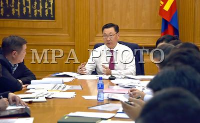 """2017  оны наймдугаар сарын 01. Орчны бохирдлыг бууруулах үндэсний хорооны ээлжит хуралдаан өнөөдөр /2017.08.01/ боллоо.  Хуралдаанд тус Үндэсний хорооны дарга, гишүүд болон бусад төрийн байгууллагын газар, хэлтсийн дарга, төсөл хэрэгжүүлэгч нар оролцлоо.  Монгол Улсын Ерөнхий сайд, Үндэсний хорооны дарга Ж.Эрдэнэбат """"Зуны улиралд агаарын бохирдол бага ч бид өвлөөс урьтаж боломжит бүх бэлтгэлийг дор бүрнээ хангаж, иргэн бүрийн эрүүл орчны төлөө идэвхтэй, үр дүнтэй ажиллах хэрэгтэй""""-г онцоллоо.  Хурлаар """"Ногоон зээл""""-ийн сан, өвөлжилтийн бэлтгэл, цахилгааны ачаалал бууруулах чиглэлээр хийж буй ажлын хэрэгжилт, явц зэрэг асуудлыг хэлэлцлээ.  2017 оны эхний хагас жилийн байдлаар гэр хорооллын 114,512 хэрэглэгчдэд 3,363 сая төгрөгийн цахилгааны хөнгөлөлт үзүүлж, нийт 6363 өрхийг шинээр цахилгаан эрчим хүчээр хангаад байна гэж Эрчим хүчний яамны Бодлогын хэрэгжилтийг зохицуулах газрын дарга Б.Насантогтох танилцууллаа.  2017 оны өвөлжилтийн бэлтгэл ажил 43 хувьтай байна.  """"Байгаль орчинд ээлтэй техник, технологийн мэдээллийн төв""""-ийг нийслэлийн нэг цэгийн үйлчилгээний дөрвөн салбарт ажиллуулахад бэлэн болжээ.  Ерөнхий сайд Ж.Эрдэнэбат хурлын үеэр дараах чиглэлээр үүрэг өглөө. Үүнд:  -  """"Ногоон зээл""""-ийн сангийн эрх зүйн орчныг бүрдүүлэх ажлыг зохион байгуулахыг Хууль зүй, дотоод хэргийн яаманд,  -  Өвөлжилтийн бэлтгэл ажлын хүрээнд төвлөрсөн дулаан хангамжид холбох чиглэлийн ажлуудыг эрчимжүүлэх, цахилгааны шөнийн тарифын хөнгөлөлтийг үргэлжлүүлэх, бэлтгэл ажлыг хангахыг Эрчим хүчний яаманд,  -  Хорооны ажлын төлөвлөгөөнд тусгасан ажлуудыг шуурхайлахыг онцгойлон анхаарч, намрын улиралд багтаан бүрэн биелүүлэхийг холбогдох яам, нийслэлийн удирдлагуудад үүрэгдлээ.  Мөн тэрээр """"Засгийн газар зуух тарааж, түлш шинэчилж агаарын бохирдолтой тэмцэхгүй. Утаа үйлдвэрлэдэг бүтээгдэхүүнээр утаатай тэмцэнэ гэж байхгүй"""" гэдгийг хэллээ.  Дашрамд дурдахад, Агаарын бохирдлыг бууруулах үндэсний хороо нь Ерөнхий сайдын захирамжаар Орчны бохирдлыг бууруулах үндэсний хороо болон өргөжсөн байн"""