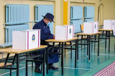 2020 оны аравдугаар сарын 15. Нийслэлийн ИТХ-ын сонгуулийн санал хураалт. Монгол Улсын Ерөнхийлөгч Х.Баттулга саналаа өглөө.     ГЭРЭЛ ЗУРГИЙГ Б.БЯМБА-ОЧИР/MPA