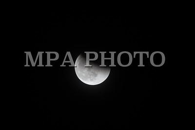"""2018 оны нэгдүгээр сарын 31.    Лхагва гарагийн үдэш мандаж байгаа сар нь байгалийн ховор үзэгдэлд тооцогдож байна. Гурван үзэгдэл давхцаж байгаа энэ тохиолдлыг 152 жилийн өмнө хамгийн сүүлд хүмүүс харсан юм.  Дэлхий дахин энэ сарыг """"Blue, Super, Blood moon"""" хэмээн нэрлэж байна.  """"Blue"""" буюу """"Хөх сар"""" гэдэг нь календарийн нэг сарын дотор тэргэл сар хоёр удаа үзэгдэхийг хэлдэг. Тодруулбал энэ нэгдүгээр сарын 1-нд тэргэл сар мандаж байсан бол нэгдүгээр сарын 31-нд хоёр дахь тэргэл сар мандах гэж байгаа юм. Ихэнх тохиолдолд тэргэл буюу бүтэн сар календарийн нэг сарын хугацаанд нэг удаа үзэгддэг.  Харин """"Super"""" сар гэдэг нь дэлхийг тойрон эргэх замдаа хамгийн их ойртож байгаа тохиолдлыг хэлдэг. Энэ үед сар дэлхийн иргэдэд хамгийн том, хамгийн тод харагддаг юм.  """"Blood"""" буюу """"Цусан сар"""" гэсэн нэр нь энэ удаа сар бүтэн хиртэх гэж байгаатай холбоотой. Дэлхий гараг маань нар ба сарны яг дунд орох үед дэлхийн сүүдэр сарыг нарны гэрлээс халхалдаг. Гэхдээ энэ үед сар харанхуйлахгүй, харин дэлхийн агаар мандлаас ойсон нарны гэрлийн нөлөөгөөр улаан туяатай харагдах юм.  Энэхүү ховор үзэгдэл нь Ази тивийн зүүн хэсгээс хойд Америкийн баруун эрэг хүртлэх газар нутагт бүтэн харагдах бол, дэлхийн бусад хэсгийн оршин суугчдад хагасалж харагдах ажээ.  ГЭРЭЛ ЗУРГИЙГ Б.БЯМБА-ОЧИР/MPA"""