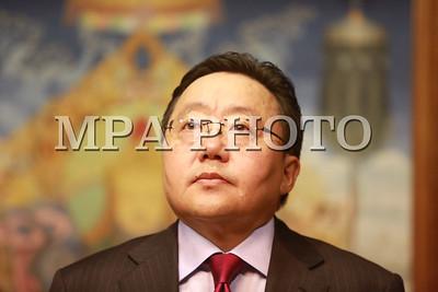 """2016 оны Арванхоёрдугаар сарын 09. Монгол Улсын Ерөнхийлөгч Ц.Элбэгдорж  хүүхдийн зохиолч Ж.Дашдондогт ТӨРИЙН СОЁРХОЛ хүртээлээ.   Ж.Дашдондог 1941 онд Булган аймгийн Бүрэгхангай сумын нутагт төрсөн. 1963 онд МУИС-ийн монгол хэл, уран зохиолын анги төгсч хүүхэд залуучуудын байгууллагын төв хэвлэлүүд, """"Залуучуудын үнэн"""", """"Пионерийн үнэн"""" сонин, """"Залуу үе"""", """"Залгамжлагч"""" сэтгүүлийн ерөнхий эрхлэгчээр ажиллаж хүүхэд, залуучуудын утга зохиолыг хөгжүүлэхэд багагүй  үүрэг гүйцэтгэжээ.  10 жилийн дунд сургуулийн сурагч байхдаа """"Аргагүй хүү"""" номоо улсын хэвлэлээр хэвлүүлснээс хойш дөч шахам ном бүтээжээ. Гадаадад түүний арав гаруй ном олон хувиар хэвлэгдсэн бөгөөд дэлхийн хүүхдийн шилдэг зохиолч С.Маршак, К.Чуковский, А.Барто, С.Михалков, И.Тургенев нарын зохиолоос монгол хэлнээ орчуулж гуч гаруй ном гаргажээ. """"Гурван нөхөр, гурван дайсан"""" 1990, """"Тэмүжин"""" 1991, """"Модон могой"""" 1991, """"Алаг бяруу"""" 1994, """"Гэсэр"""" 1997 зэрэг жүжиг, дуурь, киноны зохиол туурвин бяцхан уншигчдын хүртээл болгосон.   1972 онд """"Ар тайгын хүү"""", """"Аав,ээж, би"""" номоороо МЗЭ-ийн шагнал, 1998 онд """"Аранзал зээрд"""" номоороо  Д.Нацагдоржийн нэрэмжит шагнал, .... онд """"Долоон бөхтэй тэмээ"""" номоороо МЗЭ-ийн Алтан өд шагнал, 2005 онд Соёлын гавьяат зүтгэлтэн цол авчээ. Бас олон улсын хүүхдийн уран бүтээлийн шагнал гурван удаа авсан талаар """"Bookstore"""" сайтад мэдээлжээ.   Төрийн соёрхолыг шинжлэх ухаан, техникийн томоохон нээлт, ололт, технологийн туйлын оновчтой шийдэл, хөдөө аж ахуй, үйлдвэрлэлийн онцгой амжилт гаргасан, үндэсний соёл, урлаг, утга зохиол, уран барилгын шилдэг бүтээл туурвиж амжилт бүтээлээрээ гадаад дотоодод алдаршсан олон нийтийн хүндэтгэлийг хүлээсэн хүмүүст хүртээдэг юм. ГЭРЭЛ ЗУРГИЙГ Б.БЯМБА-ОЧИР/MPA"""