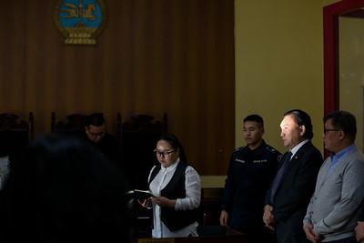 2019 оны арваннэгдүгээр сарын 18. Хүнс, хөдөө аж ахуйн сайд асан Б.Батзориг нарын зургаан хүнд холбогдох хэргийн шүүх хуралдааны урьдчилсан хэлэлцүүлэг өнөөдөр 14.00 цагт Баянзүрх дүүргийн Эрүүгийн хэргийн анхан шатны шүүхэд эхэлсэн. Урьдчилсан хэлэлцүүлгээр Б.Батзориг нарт холбогдох эрүүгийн хэргийг прокурорт буцааалаа.     Баянзүрх дүүргийн Эрүүгийн хэргийн анхан шатны шүүх яллагдагч Б.Батзориг  нарын 7 хүнд холбогдох эрүүгийн 1802 00488 0258 дугаартай хэргийн урьдчилсан хэлэлцүүлгийн шүүх хуралдааныг явуулж дараах шийдвэр гаргалаа.       Тус шүүх хуралдаанд яллагдагч Д.Энхбат, С.Төгсбилэг, Б.Мөнхтулга, Э.Чагнаасүрэн, Ч.Хашчулуун, В.Одхүү, Б.Батзориг нар болон тэдгээрийн өмгөөлөгч нараас Эрүүгийн хэрэг хянан шийдвэрлэх тухай хуулийн 33.1 дүгээр зүйлийн 6.15-д заасан үндэслэлээр шүүхийн урьдчилсан хэлэлцүүлэг хийлгэх талаар гаргасан хүсэлтээсээ татгалзаж, яллагдагч нар нь гэмт хэрэг үйлдсэн гэм буруугаа сайн дураараа хүлээн зөвшөөрч Эрүүгийн хэргийг хялбаршуулсан журмаар хянан шийдвэрлүүлэх тухай хүсэлт гаргасан тул шүүх хүсэлтийг хүлээн авч,     Эрүүгийн хэрэг хянан шийдвэрлэх тухай хуулийн 17.4 дүгээр зүйлийн 4 болон 17.5 дугаар зүйлийн 4-т заасан ажиллагааг шүүх хуралдаанаар нөхөн гүйцэтгэх боломжгүй гэж үзэн Шүүхийн тухай хуулийн 31.4 дүгээр зүйл болон Эрүүгийн хэрэг хянан шийдвэрлэх тухай хуулийн 33.3 дугаар зүйлийн 1.2, 2 дахь хэсэгт заасныг тус тус удирдлага болгон дээрхи яллагдагч нарт холбогдох хэргийг Нийслэлийн Прокурорын газарт буцааж шийдвэрлэсэн байна.   ГЭРЭЛ ЗУРГИЙГ Б.БЯМБА-ОЧИР/MPA