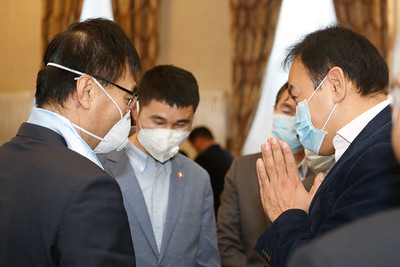 2020 оны хоёрдугаар  сарын 04. Монгол Улсын соёл урлаг, аялал жуулчлалын салбарын төлөөлөгчид БНХАУ-д эм, эмнэлгийн хэрэгсэл хандивлалаа.ГЭРЭЛ ЗУРГИЙГ Г.ӨНӨБОЛД/МРА