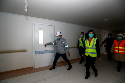 """2020 оны дөрөвдүгээр сарын 11.  Эрүүл мэндийн сайд Д.Сарангэрэл, холбогдох албаныхан """"Хан-Уул дүүрэгт баригдаж буй 300 ортой төрөх эмнэлгийн барилга угсралтын ажлын явцтай танилцлаа.    ГЭРЭЛ ЗУРГИЙГ Д.ЗАНДАНБАТ /MPA"""