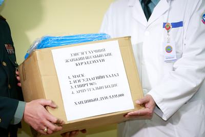 2020 оны гуравдугаар сарын 12.Цэргийн төв эмнэлэгийн урьдчилан сэргийлэх,тусгаарлах байранд ажиллаж байгаа эмч сувилагчидад Энхийг сахиулагч нар хандив гардууллаа.ГЭРЭЛ ЗУРГИЙГ Г.ӨНӨБОЛД/МРА
