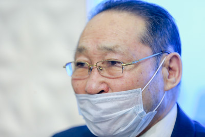 """2020 оны гуравдугаар сарын 04. Коронавирусийн эсрэг авч буй арга хэмжээнд зориулж """"Эх орны төлөө"""" аянаар цугларсан мөнгийг хандив болгож байгаа талаар Монгол Улсын Гавъяат эдийн засагч Б.Осоргарав мэдээлэл хийлээ. ГЭРЭЛ ЗУРГИЙГ Б.БЯМБА-ОЧИР/MPA"""