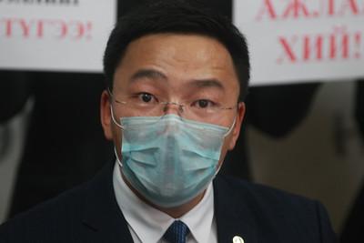 2020 оны нэгдүгээр сарын 27. Дэлхийн улс оронд суралцагч Монголын оюутан залуучуудын холбооноос коронавирусийн эсрэг шаардлагыг Монгол Улсын Засгийн газарт тавьж, иргэдэд уриалга хүргүүллээ. ГЭРЭЛ ЗУРГИЙГ Д.ЗАНДАНБАТ/MPA