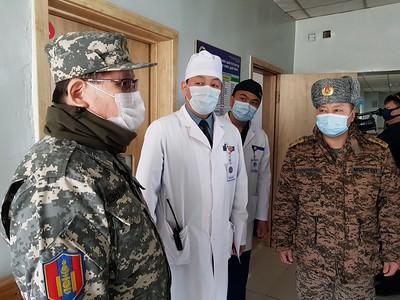 """2020 оны гуравдугаар сарын 14. Монгол Улсын Засгийн газар, Улсын онцгой комиссын шийдвэрийн дагуу БНСУ-аас иргэдээ авчирах захиалгат нислэг маргааш буюу энэ сарын 15-ны 07:45 цагт хийнэ. Үүнтэй холбогдуулан өнөөдөр Монгол Улсын Шадар сайд Ө.Энхтүвшин, ОБЕГ-ын тэргүүн дэд дарга, бригадын генерал Г.Ариунбуян болон бусад холбогдох албаныхан БНСУ, Япон цаашлаад Европын зарим улс орнуудаас захиалгат нислэгээр ирэх иргэдийг байршуулах тусгаарлах байрны бэлэн байдалтай танилцлаа.  Image may contain: indoor Нэн тэргүүний шийдвэрлэх асуудал бол маргаашийн Улаанбаатар-Сөүл чиглэлийн нислэгээр ирэх 252 иргэнийг тусгаарлах юм. Улмаар дээрх 252 иргэнээс 47 нь жирэмсэн, сахиуртай өвчтөн, хөгжлийн бэрхшээлтэй иргэн зэрэг эрүүл мэндийн шалтгаантай байгаа тул Цэргийн нэгдсэн төв эмнэлэг /Госпитал/-т, үлдсэн 205 иргэнийг Чингис хаан Олон Улсын нисэх онгоцны буудлаас 9 километрийн зайд орших Энхсаран сувилалд тусгаарлахаар боллоо.  Image may contain: 1 person Тусгаарлах байрны бэлэн байдалтай танилцах үеэр Шадар сайд Ө.Энхтүвшин """"Бид шаардлагатай бүх арга хэмжээг авч байна. Нислэгүүд дүүрэн, нэг онгоцонд 250 хүн ирэхээр байна. Тэгэхээр 250 хүнийг аль болох нэг газар л байлгах хэрэгтэй. Хэрэв тараан байршуулбал хяналт тавих, шинжилгээ хийхэд төвөгтэй байдал үүснэ. Моква-Берлиний чиглэлээс гэхэд орон орноос хүн ирнэ. Тиймээс тэдгээр хүмүүсийг нэг том зааланд олноор байршуулах нь эрсдэлтэй. Магадгүй тэр шинж тэмдэг далд үедээ явж байвал бусад нь халдвар авах эрсдэл үүснэ. Тийм учраас нэг дор олноор биш нэг өрөөнд дөрвөөс таван хүн, дотроо ариун цэврийн өрөөтэй байх нь эрсдэлээс урьдчилан сэргийлэх боломжтой гэж тооцоолж байна.Тусгаарлах байранд дээд зэргийн дэг журмыг сахих ёстой. Тусгаарлах байрны журмыг сахиж чадахгүй хүн тухайн улсдаа үлдсэн нь дээр. Өдрийн гурван хоолтой, 14 хоногийн хугацаанд өөр хоорондоо уулзахгүй, өрөөнөөсөө гарч орохгүй байх тийм л шаардлагыг хангах тусгаарлах байруудыг бэлтгэж байна"""".  Image may contain: indoor Зарим зочид буудлууд нийгмийн хариуцлагынхаа хүрээ"""