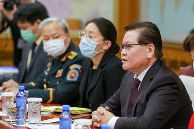 2020 оны хоёрдугаар  сарын 28.  Монгол Улсын Шадар сайд, УОК-ын дарга Ө.Энхтүвшин  НҮБ-ын Суурин зохицуулагч Тапан Мишра, ДЭМБ-ын Суурин төлөөлөгч Сергей Диордица нартай уулзаж цаг үеийн асуудлаар мэдээлэл солилцлоо. ГЭРЭЛ ЗУРГИЙГ Б.БЯМБА-ОЧИР/MPA