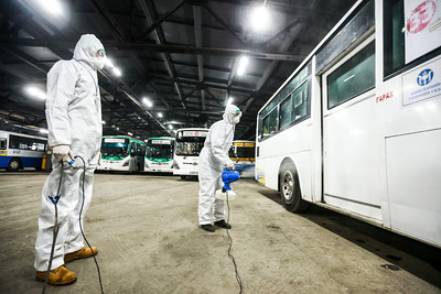 2020 оны хоёрдугаар  сарын 12. Нийслэлээс өгсөн үүрэг даалгаврын дагуу нийтийн тээврийн автобусанд тогтсон олон жилийн хир тортогийг цэвэрлэж, зориулалтын ариутгал хийж байна. ГЭРЭЛ ЗУРГИЙГ Б.БЯМБА-ОЧИР/MPA