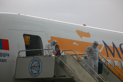 """2020 оны зургаадугаар сарын 18.  Сөүл-Улаанбаатар чиглэлийн тусгай үүргийн онгоц өнөөдөр 17:40 цагт """"Чингис хаан"""" олон улсын нисэх буудалд газардлаа.  Тус онгоцоор 266 ирж байгаа бөгөөд 252 нь том хүн, 14 нь нялх хүүхэд байгаа юм.  Үүнээс:  Бага насны хүүхэдтэй гэр бүл 41, Өндөр настан 16, Жирэмсэн 13, Хөгжлийн бэрхшээлтэй 6, Эрүүл мэндийн шалтгаантай 31, Цагаачлалын албанд саатуулагдаад байгаа 77, Оюутан, санхүүгийн хүндрэл, орох оронгүй болсон, ар гэрийн гачигдал зэрэг шалтгаантай 82 хүн байна. Иргэдийг ХӨСҮТ, Цэргийн төв эмнэлэг, """"Хабу"""", """"Наранбулаг"""", """"Сэлбэ"""", """"Ивээлэн""""-д 21 хоног тусгаарлана гэж Улсын онцгой комиссын Шуурхай штабаас мэдээллээ.  ГЭРЭЛ ЗУРГИЙГ Д.ЗАНДАНБАТ/MPA"""