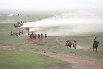 2019 оны долдугаар сарын 10. Тулгар төрийн 2228, Их Монгол Улсын 813, Ардын хувьсгалын 98 жилийн ой, Үндэсний их баяр наадмын хурдан морины уралдаан хязаалан насны морьдын уралдаанаар эхэлсэн.     Уламжлал ёсоор өнөөдөр  Хүй долоо худагт хязаалан, шүдлэн насны морьдын уралдаан болдог. Шүдлэнгийн уралдаан болж хрдан хүлгүүд барианд орлоо.     Хурдан шүдлэнгийн уралдаанд 200 гаруй хурдан буян шандас сорьсноос Төв аймгийн Алтанбулаг сумын уяач Д.Ганзоригийн уяж хурдлуулсан хар үрээ түрүү магнайд хурдаллаа. ГЭРЭЛ ЗУРГИЙГ Г.ӨНӨБОЛД/MPA