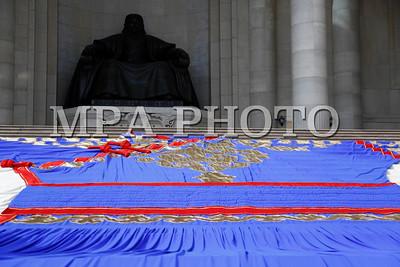 """2017 оны долоодугаар сарын 10. Монголчуудын уламжлалт соёл, түүний дотор үндэстэн ястны дээл хувцас, эд хэрэглэл, ардын урлагийн биет болон биет бус өвийг гадаад, дотоодын иргэдэд сурталчлан таниулах, түгээн дэлгэрүүлэх зорилгоор зохион байгуулдаг  """"Дээлтэй Монгол"""" наадам өнөөдөр боллоо.    Гадаад, дотоодын 10 мянга гаруй иргэн оролцдог тус наадмыг нээж нийслэлийн Засаг дарга бөгөөд Улаанбаатар хотын Захирагч С.Батболд """"Монголчууд өөрийн түүх соёлын онцлогоо дэлхий дахинд сурталчлах боломж Үндэсний их баяр наадмын өдрүүдэд илүү их олддог.  Түүхийн олон мянган жилийн хөгжлийн явцад бий болж, улс үндэстнийхээ язгуур соёл, ахуй амьдралын онцлогийг таниулагч, оюун санааны хөгжлийг илэрхийлэгч  нь тухайн үндэсний хувцас, эд хэрэглэл байдаг билээ. Монгол туургатны дээл хувцас нь  монголчуудын ёс заншил, цаг агаар, аж ахуй, амьдралын хэв маягтай холбоотойгоор  бүрэлдэж, өнөөдрийг хүртэл өвөрмөц донж төрхийг агуулан хөгжин шинэчлэгдсээр байна.  Үндэсний хувцасаар дамжуулан залуу хойч үедээ түүх, соёлоо уламжлан үлдээх, дэлхий дахинд Монгол үндэстэн гэдгээ түгээн таниулах зорилготой анх зохион байгуулагдсан энэхүү арга хэмжээ өдгөө улс, хотдоо жуулчдыг татах нэгэн чухал наадам болж чаджээ.    Өдгөө үндэсний их баяр наадмын дараах бага наадам хэмээн нэрлэгдэх болсон уг арга хэмжээ тив дэлхийд алдаршсан, олон арван мянган жуулчдыг даллан дуудсан соёлын наадам болохыг ерөөгөөд """"Дээлтэй Монгол-2017""""-г зорин ирсэн хүн бүхэнд талархал илэрхийлж, сайн сайхныг хүсэн ерөөе"""" хэмээгээд шилдэг дүүрэг, шилдэг байгууллагад шагнал гардууллаа.  """"Дээлтэй Монгол"""" наадмын үеэр Монгол үндэсний хувцастай иргэдийн баярын жагсаал, ардын урлагийн тоглолт, үндэсний хувцасны загварын үзүүлбэр, хамгийн сайхан дээлтэй хос шалгаруулах зэрэг уралдаан тэмцээн, Монгол үндэсний дээл хувцас, хэрэглэл, гар урлалын бүтээгдэхүүн, бэлэг дурсгалын үзэсгэлэн худалдаа зэрэг арга хэмжээ болов.    Мөн 18 метр өргөн, 14 метр өндөр хамгийн том """"Хүннү"""" дээлийг дэлгэж, хүрэлцэн ирсэн иргэдэд сонирхуулсан юм. ГЭРЭЛ ЗУРГИЙ"""