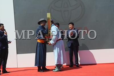 """2017 оны долоодугаар сарын 13. Тулгар төрийн 2226, Их Монгол Улсын 811, Ардын хувьсгалын 96 жилийн ой, Үндэсний их баяр наадмын хүчит 512 бөхийн барилдаанд ес даван түрүүлсэн Монгол Улсын шинэ арслан Цэдэвийн Содномдоржид түрүү бөхийн бай шагнал """"Ланд крузер-200"""" автомашиныг өнөөдөр гардуулан өглөө. Автомашин гардуулан өгөх ёслолын ажиллагаанд Монгол Улсын Шадар сайд, Баяр наадмын зохион байгуулах комиссын дарга У.Хүрэлсүх, нийслэлийн Засаг дарга бөгөөд Улаанбаатар хотын Захирагч С.Батболд, Тоёота Моторс корпорацийн Ерөнхий менежер Сэйжи Куррокава, Монгол дахь суурин төлөөлөгчийн газрын захирал Цүёоши Авай болон шинэ арслан Ц.Содномдоржийн гэр бүлийнхэн байлцлаа. Тоёота моторс корпораци дөрөв дэх жилдээ Үндэсний их баяр наадмын албан ёсны ивээн тэтгэгчээр ажиллаж байгаа юм. Автомашин гардуулах ёслолын үеэр Тоёота Моторс корпорацийн Ерөнхий менежер Сэйжи Куррокава """"Та бүхэнд энэ өдрийн мэнд хүргэе. Монгол Улсын арслан Ц.Содномдорж танд улсын их баяр наадамд ес даван түрүүлсэнд чин сэтгэлээсээ баяр хүргэж байна. Үндэсний их баяр наадмын түрүү бөхөд жийп машины хаан болох """"Ланд крузер-200"""" автомашинаа бэлэглэх боломж бүрдэж байгаа нь бид бүхний хувьд нэр төрийн хэрэг юм. Та бүхэн сайхан наадаарай"""" хэмээлээ. Монгол Улсын арслан Ц.Содномдорж """"Төрийн их баяр наадамдаа түрүүлж, Монгол Улсын арслан цолны эзэн болсондоо туйлын их баяртай байна. Хөвсгөл аймгаас 10 жилийн өмнө улсын наадмын түрүү бөх тодорч байсан. 10 жилийн дараа наадамд түрүүлж Х.Мөнхбаатар ахынхаа амжилтыг давтаж арслан цол хүртлээ. Тоёота моторс корпорацийн хамт олондоо Монголын Үндэсний бөхийн холбоо болон нийт бөхчүүдийнхээ өмнөөс талархсанаа илэрхийлмээр байна"""" хэмээн хэлсэн юм гэж нийслэлийн ЗДТГ-ын Хэвлэл мэдээлэл, олон нийттэй харилцах хэлтсээс мэдээллээ. ГЭРЭЛ ЗУРГИЙГ MPA"""